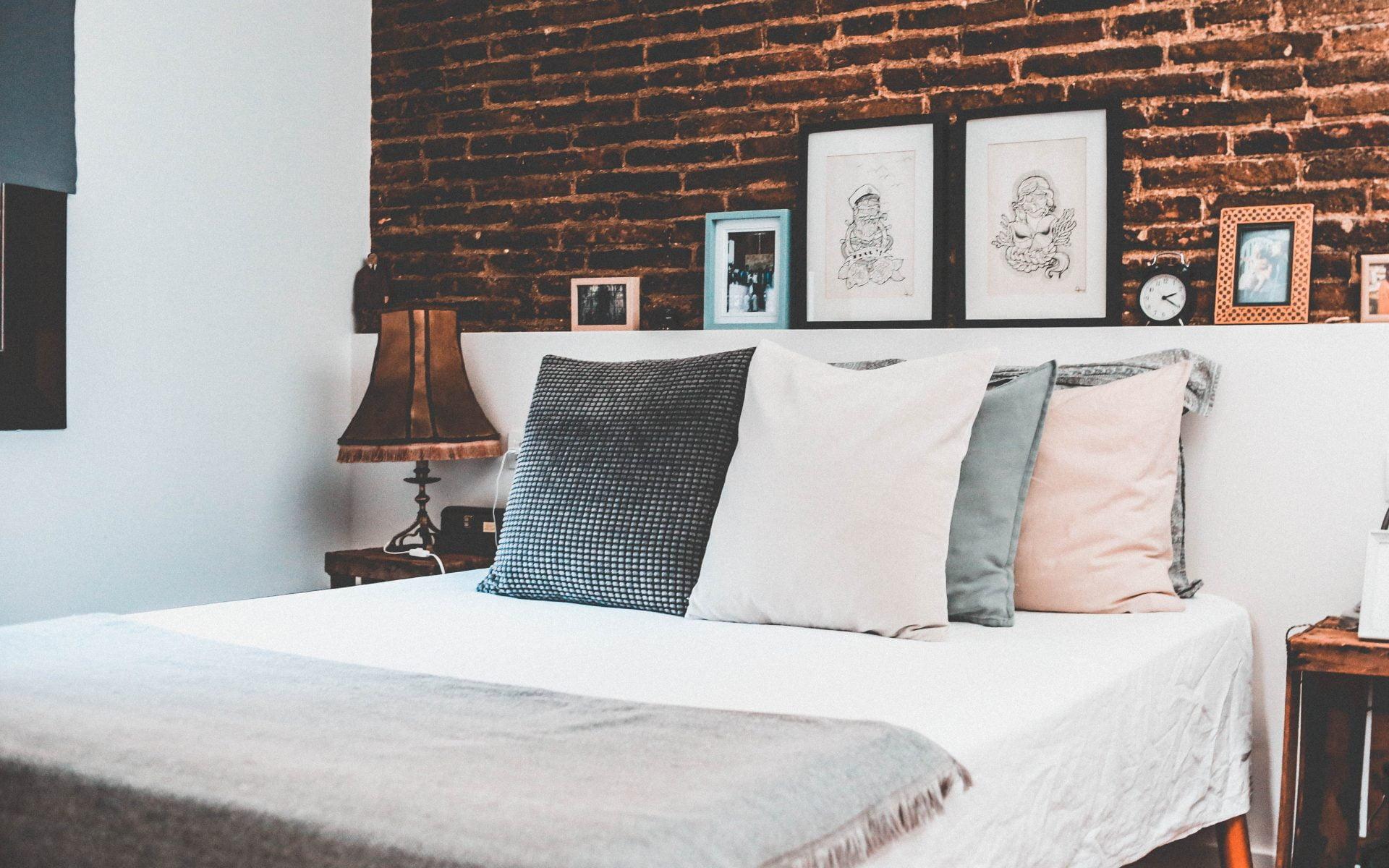 Kreukvrije lakens op een bed