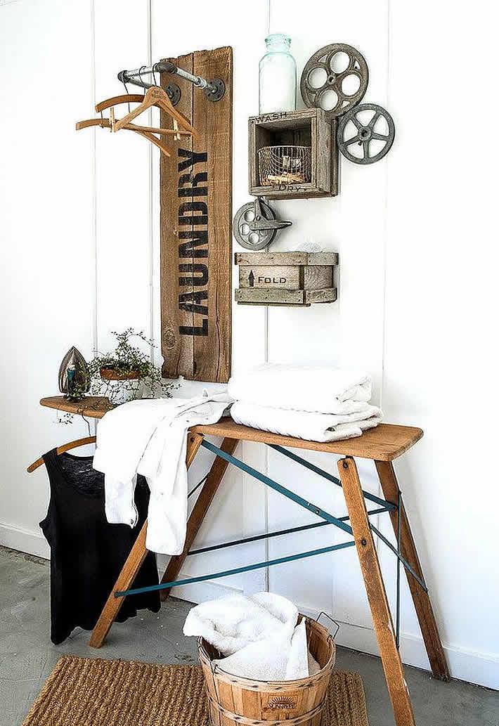 Teruggewonnen hout en pijp samen met oude strijkplank vormen strijk plaats.