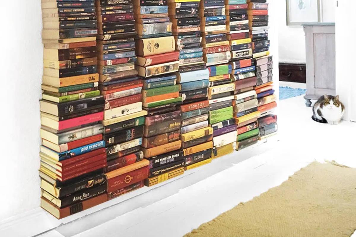 Zwevende boekenwand door Ronja Lotte