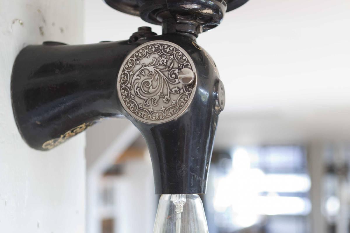 Stefan van der Bijl: antieke naaimachine lamp