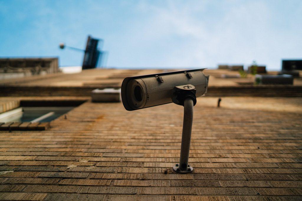 Bewakingscamera aan een muur