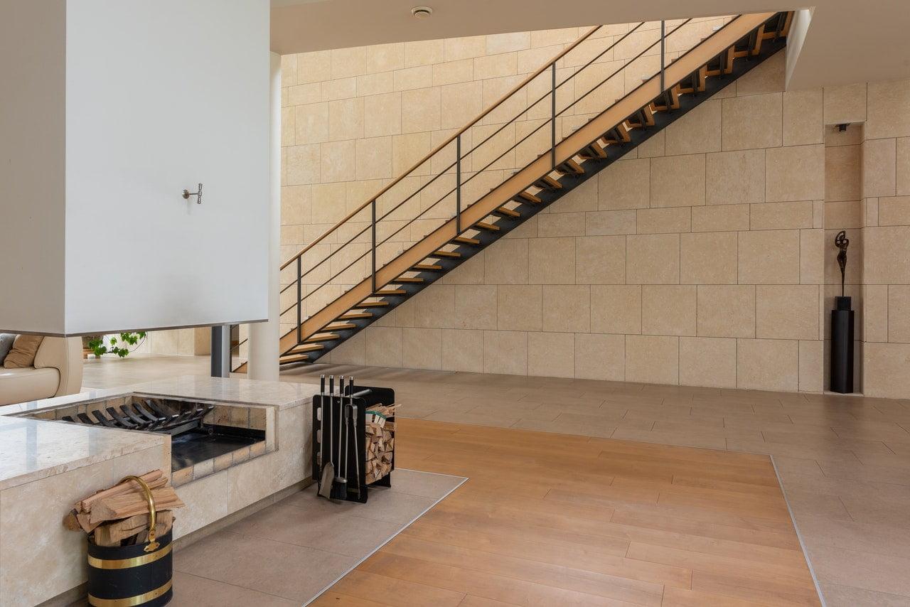 Afbeelding van een houten trap in huis
