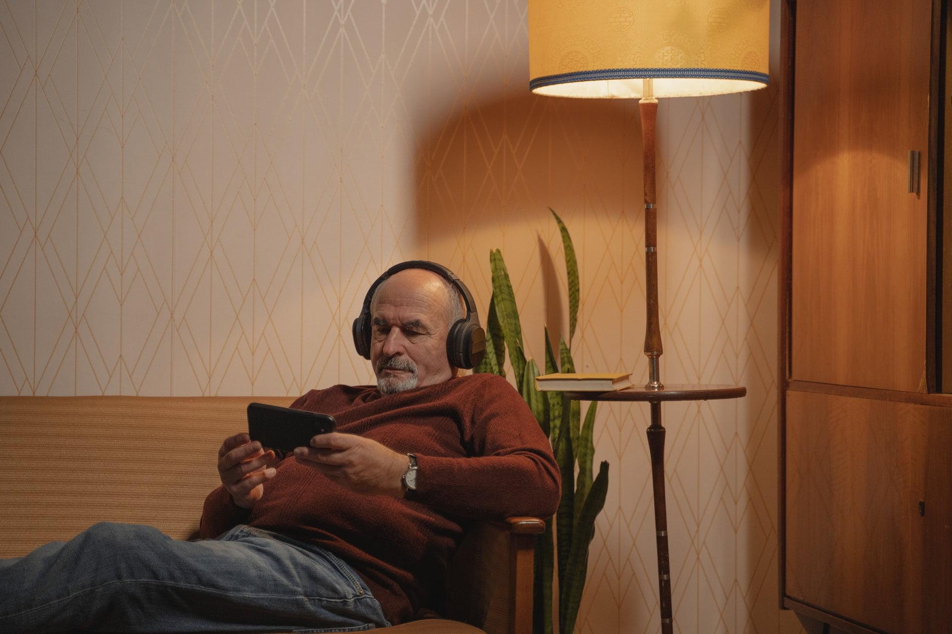 Man met telefoon op de bank
